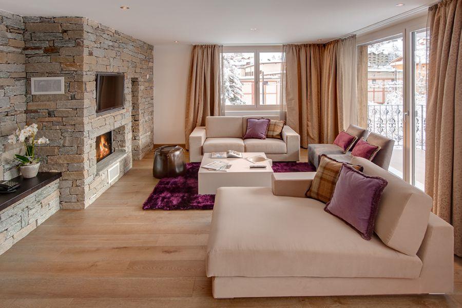 дизайн интерьера спальни с камином и балконом