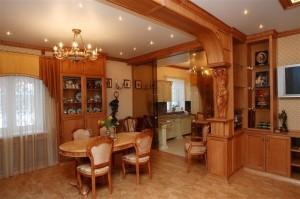 дизайн интерьера деревянной кухни со столовой