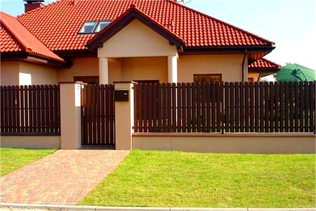 дом с классическим забором