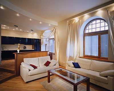 дизайн гостиной с белыми стенами