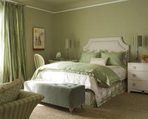 спальня в доме в светло-зеленых тонах