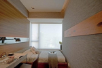 узкая длинная спальня