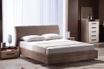 кровать в интерьере комнаты