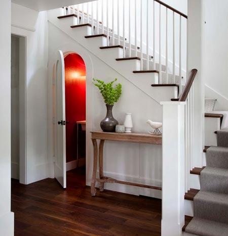кладовка под лестницей