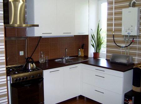 интерьер кухни с колонкой