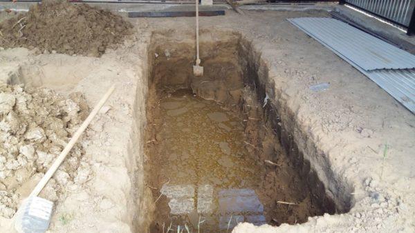 яма с водой