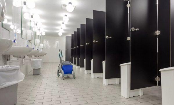 туалет с кабинками
