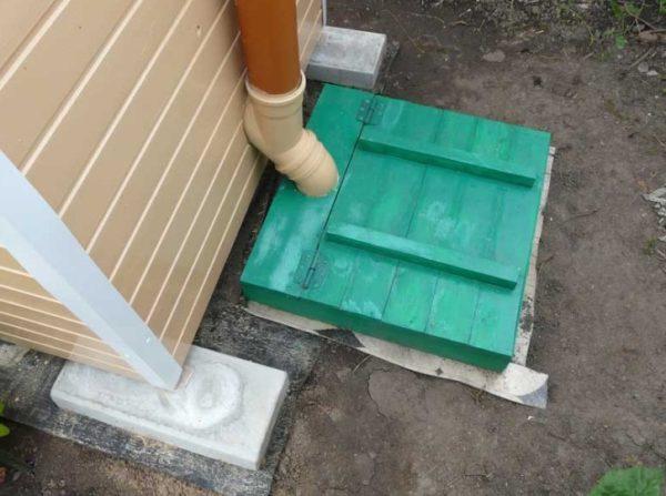 Дачный туалет с выгребом