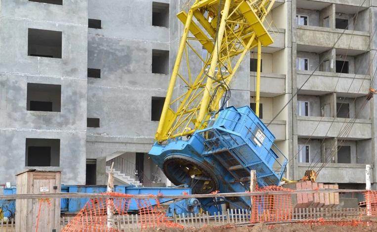 Кран при строительстве здания